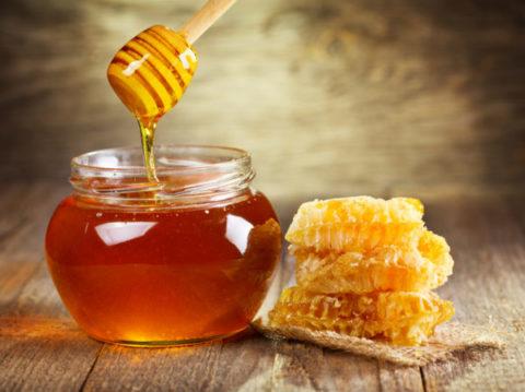 Натуральный пчелиный мед – универсальное средство для лечения множества недугов.