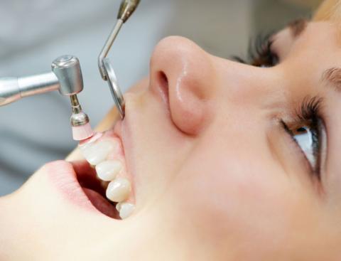 Необходимо создать лучшие условия для приживления инородного тела в кости, поэтому устранение любых очагов инфекции в полости рта должно проводиться в обязательном порядке.