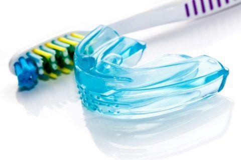 Уход можно проводить обычной зубной щеткой с пастой