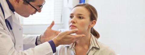 Ощупывание подчелюстных лимфатических узлов