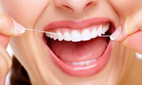 Для чистки зубов обязательно нужно использовать зубную нить.