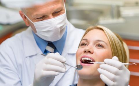 Регулярные посещения стоматолога – помогут рано выявить наросты на деснах и предупредить развитие осложнений
