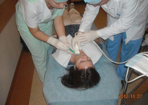 Момент забора материала при ТАБ щитовидной железы