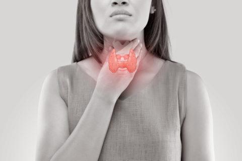 Боль и покраснение кожи в области щитовидной железы – признаки развития острого тиреоидита.