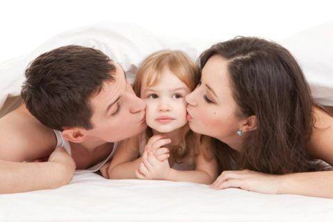 Родители передают детям бактерии при поцелуях