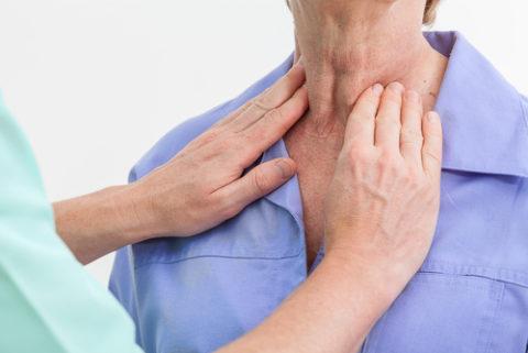 Пальпаторное исследование щитовидной железы, пораженной аутоиммунным тиреоидитом