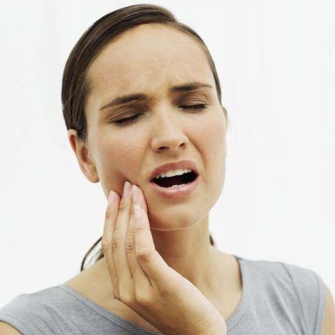 Боль при всех видах кариеса, в том числе и среднего, носит кратковременный характер.