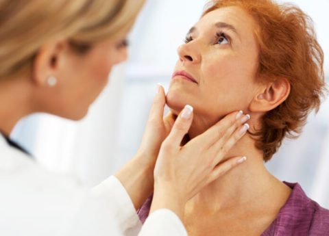 Пальпация щитовидной – важное исследование при диагностике тиреоидита.