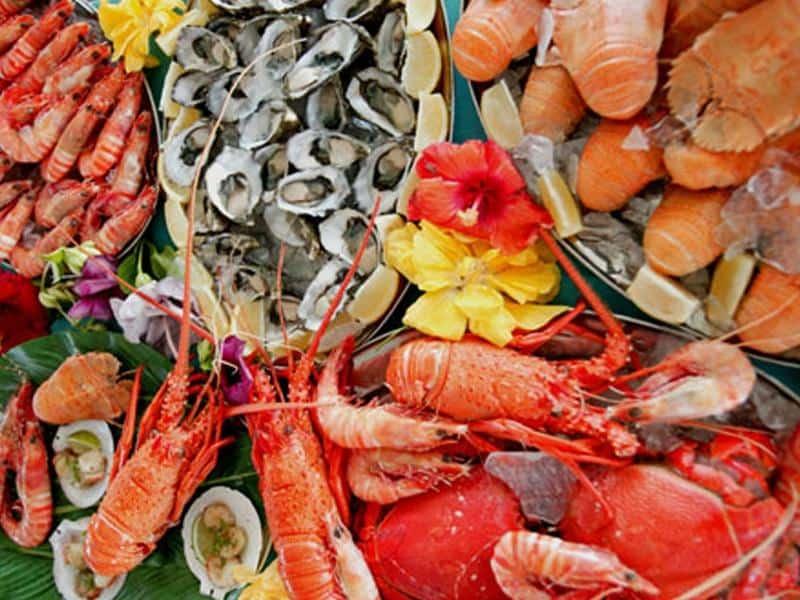 В каких продуктах содержится много йода? Лидером по количеству данного элемента принято считать морепродукты.